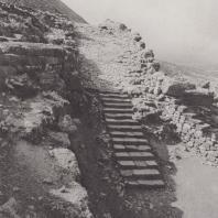 Микены. Дорога, ведущая от львиных ворот к верхним террасам замка. Фото: Анджей Дзевановский
