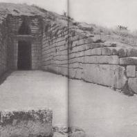 Микены. Дромос и вход в Гробницу Агамемнона. Фото: Анджей Дзевановский
