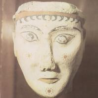 Микены. Изваяние женской головы, принадлежавшей, вероятно, сфинксу. Найдено в развалинах дома. XIII в. до н.э. Национальный музей в Афинах. Фото: Анджей Дзевановский