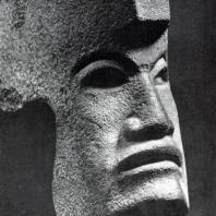 «Ача» («топор») в виде головы воина. Культура тотонаков. Базальт. Париж, Музей Человека