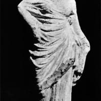 Терракотовая женская фигурка, так называемая Танагрийка. Начало III в. до н.э. Александрийская мастерская. Греко-римский музей в Александрии