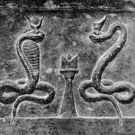 Рельеф с изображением алтаря и Агафодемонов в виде змей - один с короной фараонов Нижнего Египта, другой с рогами и диском - символами Гатор и Исиды. Песчаник. Римское время. Греко-римский музей в Александрии
