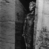 Александрия Египетская. Ком эшь-Шукафа. Фигура умершего в нише вестибюля перед центральной погребальной камерой. Песчаник. Конец I в. н. э.