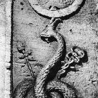 Александрия Египетская. Ком эшь-Шукафа. Декор центрального вестибюля гробницы с изображением Агафодемона в виде змеи с короной фараонов Верхнего и Нижнего Египта, а также с атрибутами Гермеса и Диониса. Над короной щит с изображением Горгоны. Песчаник. Конец I в.н.э.