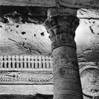 Александрия Египетская. Ком эшь-Шукафа. Фрагмент вестибюля центральной гробницы. На переднем плане колонна с капителью композитного ордера. В глубине карниз с окрыленным диском и змеями. Конец I в. н.э.