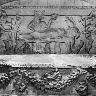 Александрия Египетская. Ком эшь-Шукафа. Ниша в погребальной камере. На переднем плане саркофаг, украшенный гирляндами и масками, в глубине на стене - рельеф с изображением сцены мумификации, совершаемой Анубисом. С правой стороны бог Тот, с левой - Гор. Конец I в.н.э.