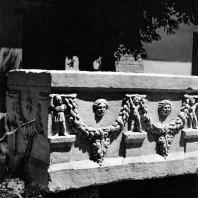 Александрия Египетская. Саркофаг, украшенный гирляндами. Мрамор. II в. н. э. Греко-римский музей в Александрии