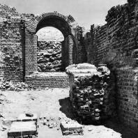 Александрия Египетская. Ком эль-Дикка. Римские термы. Реконструированная арка в тепидарии. Вид с юга