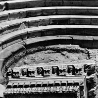 Александрия Египетская. Ком эль-Дикка. Римский театр. Мраморные сидения в театроне. На переднем плане фрагмент мраморного антаблемента, вторично использованного в качестве сидений для зрителей