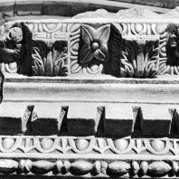 Александрия Египетская. Ком эль-Дикка. Римский театр. Фрагмент мраморного антаблемента с консолями, вторично использованный в качестве сидений для зрителей