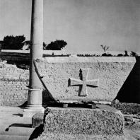 Александрия Египетская. Ком эль-Дикка. Блок из песчаника с изображением мальтийского креста. Фрагмент декора последнего периода существования театра