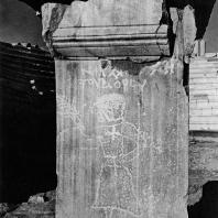Александрия Египетская. Ком эль-Дикка. Пьедестал с высеченным изображением возницы. Вид с запада