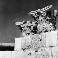 Александрия Египетская. Ком эль-Дикка. Коринфские капители на реконструированной западной стене театра