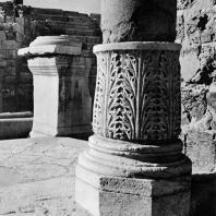 Александрия Египетская. Ком эль-Дикка. Римский театр. База колонны с декором в виде листьев аканфа и пьедестал перед орхестрой. Вид с юго-западной стороны