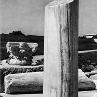 Александрия Египетская. Ком эль-Дикка. Фрагменты колонн и капителей в так наз. лапидарии на верхней части театра. Вид с северо-восточной стороны
