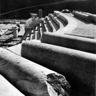 Александрия Египетская. Ком эль-Дикка. Стволы мраморных и гранитных колонн на верхней части театра. Вид с востока