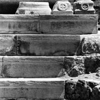 Александрия Египетская. Ком эль-Дикка. Мраморные консоли, украшенные мальтийскими крестами. Остатки декора последней фазы театра