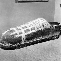 Коптский саркофаг из глины в виде огромной туфли. Греко-римский музей в Александрии