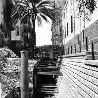 Александрия Египетская. Раскопки на улице Наби Даниэль. На переднем плане гранитная колонна портика, стоявшего на улице позднеримского времени