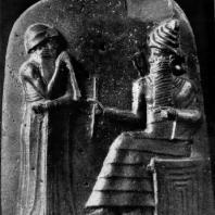 Хаммурапи перед богом Шамашем. Рельеф стелы законов Хаммурапи из Суз. Диорит. Первая половина 18 в. до н. э. Париж. Лувр