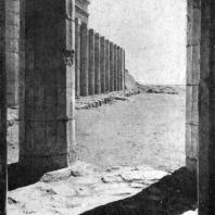 Колоннада храма царицы Хатшепсут в Деир-эль-Бахри. Вид со сторо