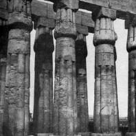 Колонны храма в Луксоре. XVIII династия. Конец 15 в. до н. э.