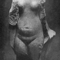 Торс обнаженной девушки из Ахетатона (Эль-Амарны). Песчаник. Высота 16 см. XVIII династия. 14 в. до н. э. Лондон. Университет