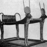 Кровать Тутанхамона с фигурами богини Хатор (в виде коровы) из его гробницы близ Фив. XVIII династия. 14 в. до н. э. Каир. Музей