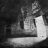 Купольная гробница (так называемая Сокровищница Атрея) в Микенах. 14 в. до н. э.