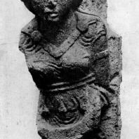 Скульптурное изображение девушки из дворца в Хатре. Высота 72 см. 1 в. до н. э. Берлин
