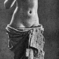 Афродита из Старой Нисы (близ Ашхабада). Мрамор. 2 в. до н. э. Из раскопок Южно-Туркменистанской экспедиции под руководством М. Е. Массона