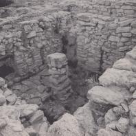 Каменная колонна в гробнице в Арханесе, Крит. Фото: Анджей Дзевановский
