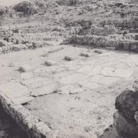 Двор и вход в главный зал приморской виллы, Амнис, Крит. Фото: Анджей Дзевановский