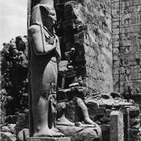 Карнак. Египет. Храм Амона. Первый двор, северная сторона. На переднем плане статуя Рамсеса II. Фотограф: Анджей Дзевановский