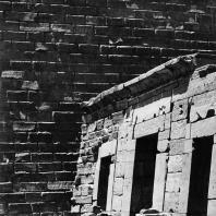 Карнак. Египет. Храм Амона. Тройная молельня Амона, Мут и Хонсу в северной части первого двора. Построена при Сети II (XIX династия). Фотограф: Анджей Дзевановский