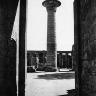 Карнак. Египет. Храм Амона. Колонна Тахарки в первом дворе. Вид со стороны храма Рамсеса III. Фотограф: Анджей Дзевановский