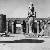 Карнак. Египет.  Храм Амона. Первый двор, северная сторона с колоссом Рамсеса II. Фотограф: Анджей Дзевановский