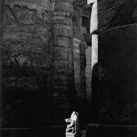 Карнак. Египет. Храм Амона. Большой гипостильный зал. В глубине - поврежденная статуя Сети II. Фотограф: Анджей Дзевановский