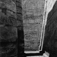 Карнак. Египет. Храм Амона. Большой гипостильный зал. Юго-западная угловая часть. На переднем плане фрагмент II пилона. В глубине - южная стена. Фотограф: Анджей Дзевановский