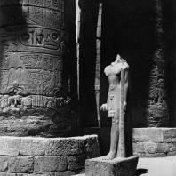 Карнак. Египет. Храм Амона. Большой гипостильный зал. На переднем плане статуи Сети II. Фотограф: Анджей Дзевановский