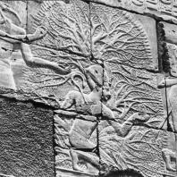 Карнак. Египет. Храм Амона. Внутренняя северная стена Большого гипостильного зала с рельефом, изображающим коленопреклоненного фараона и бога Тота, пишущего его имя на дереве. Фотограф: Анджей Дзевановский
