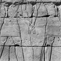 Карнак. Египет. Фрагменты рельефа Позднего периода с изображением бога и фараона, держащихся за руки. Фотограф: Анджей Дзевановский