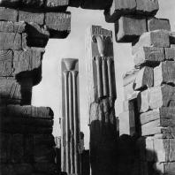 Карнак. Египет.  Храм Амона. Так называемые геральдические столбы (гранитные столбы Тутмоса III) . Фотограф: Анджей Дзевановский