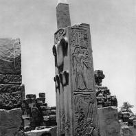 Карнак. Египет. Храм Амона. Геральдический столб. Вид с южной стороны. Фотограф: Анджей Дзевановский