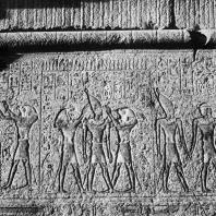 Карнак. Египет. Храм Амона. Гранитное святилище Филиппа Арридея. Рельефы на южной внешней стене, изображающие фараона с богами. Фотограф: Анджей Дзевановский