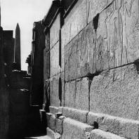 Карнак. Египет. Храм Амона. Гранитное святилище Филиппа Арридея. Вид снаружи на южную стену. Фотограф: Анджей Дзевановский