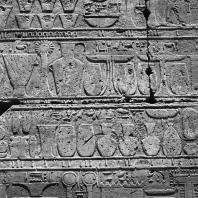 Карнак. Египет. Храм Амона. Святилище Тутмоса III. Рельеф в северном коридоре с изображением жертвоприношений фараона богу Амону. Фотограф: Анджей Дзевановский