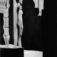 Карнак. Египет. Храм Амона. Статуя Аммаунет времени Тутанхамона при гранитном святилище. Фотограф: Анджей Дзевановский