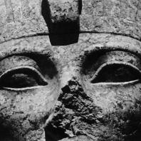 Карнак. Египет. Храм Амона. Фрагмент головы гранитной статуи Аменхотепа II между V и VI пилонами. Фотограф: Анджей Дзевановский