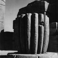 Карнак. Египет. Храм Амона. Фрагмент нижней части одной из колонн Тутмоса III у VI пилона. Фотограф: Анджей Дзевановский